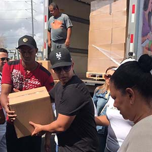 Daddy Yankee distributes food